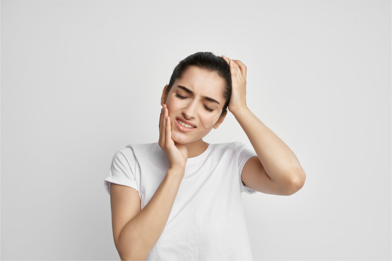 toothache causing headache and earache to young woman